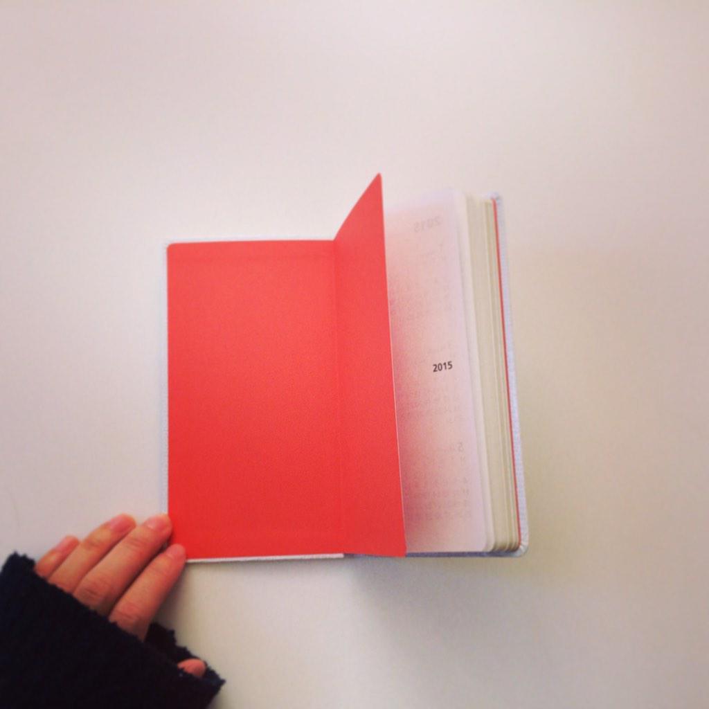 気に入っている手帳の一つ。 PLAYOFF。表紙は白いけれど開くと鮮やかなオレンジ色!  #stationery  #文具レディ#手帳 http://t.co/31d81hR50w
