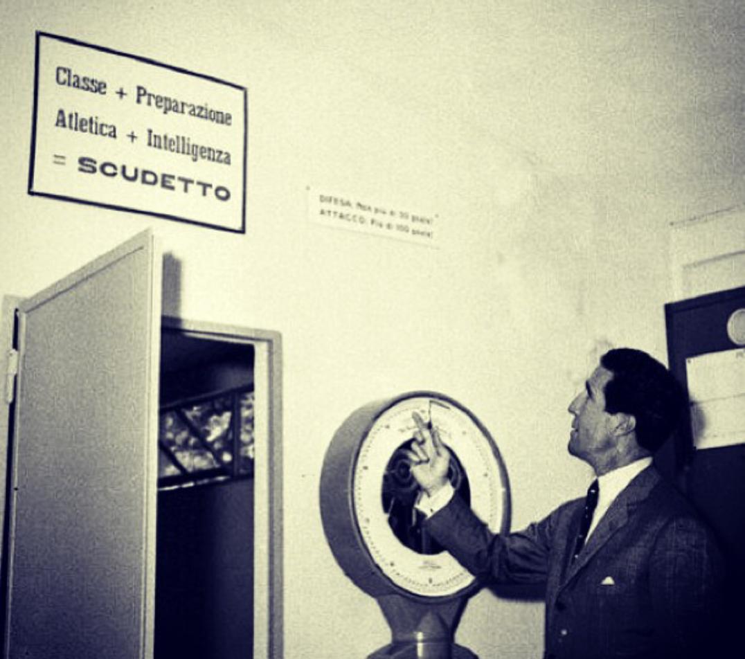 """هيريرا يضع لوحه على مدخل صالة الانتر تقول :""""لعب بمهاره عاليه + تحضير + قوة + ذكاء = اسكوديتو"""""""