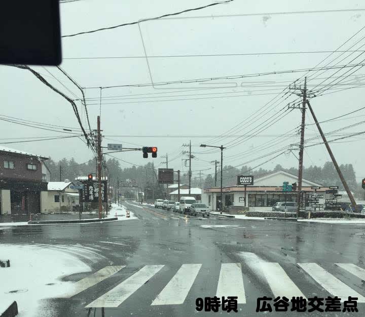 おはようございます!エピナール那須周辺はうっすらですが雪景色です。一軒茶屋より上は積もってます。事故や渋滞の原因になりますので、必ずスタッドレスタイヤで向かってくださいね~♪運転お気をつけください(^ー^)ノ~ ☆ビビ #nasu http://t.co/HyPbgVSl36