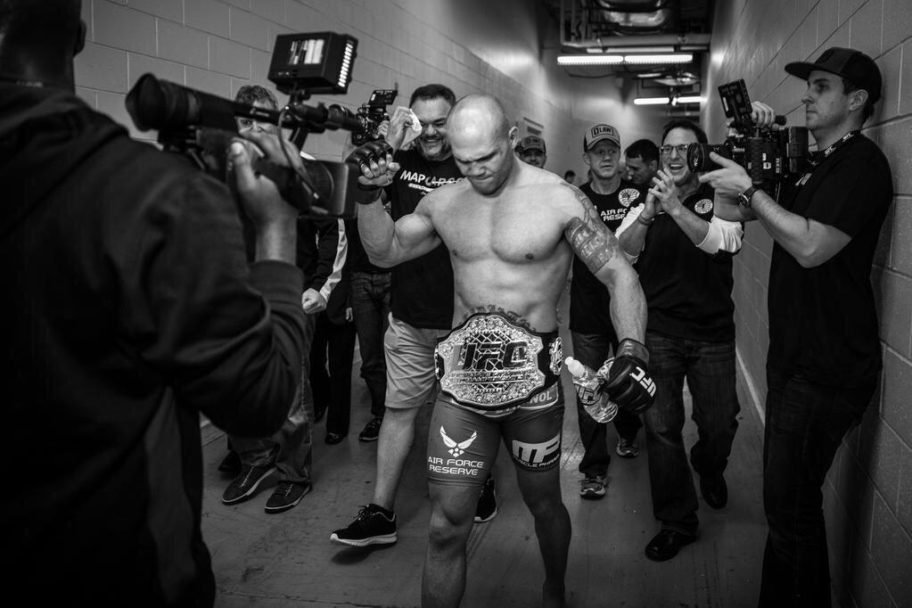 Annnnnd NEW @ufc Welterweight Champion of the world!!!! @Ruthless_RL!!!! #ufc181 #ATTarmy #WorldChamp http://t.co/koASObgVXB
