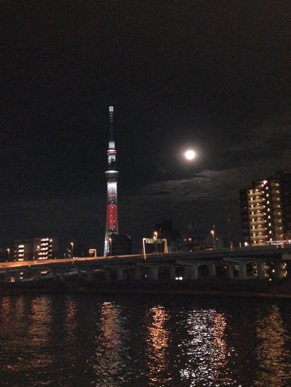 満月とスカイツリー http://t.co/wMrsuzlXw6