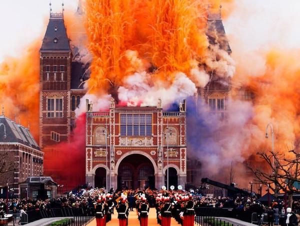4月にリニューアルオープンしたアムステルダム国立美術館。オープニング式典はしゃぎ過ぎwwまた壊したのかと思うじゃない。 http://t.co/FBY5hGaSx4