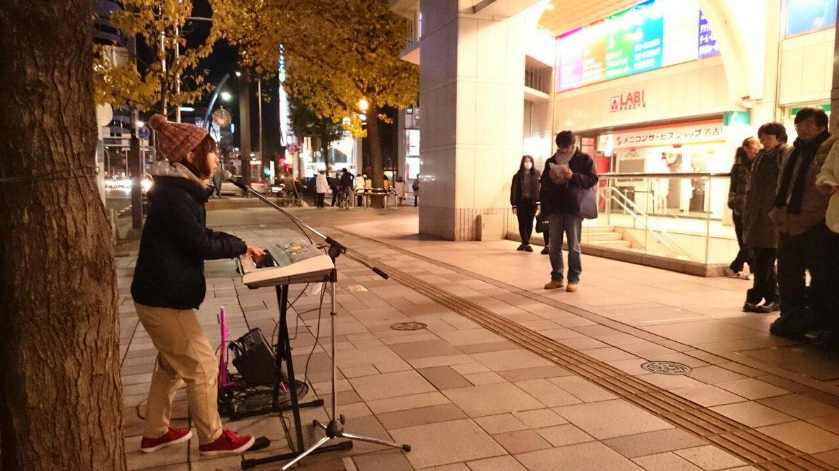 小林未季、名古屋駅ナナちゃんそばヤマダ電機前で路上ライブ中!! http://t.co/zo0cLe4aqT