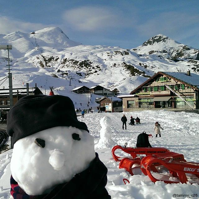 Snowman selfies in #Switzerland. http://t.co/cuZdlFeJW2