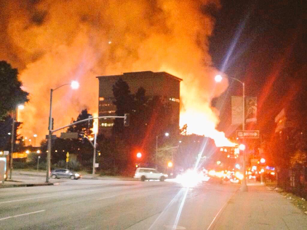 BREAKING: Massive fire in downtown LA, 2 major freeways closed http://t.co/kGVImmcT58 http://t.co/dgARA4oO9C #DTLA