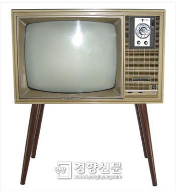 """소장해야하나? """"@kyunghyang: 브라운관TV가 사라질 것으로 보입니다. 현재 브라운관TV를 만들고 있는 일본의 샤프와 인도의 2개 회사가 내년을 끝으로. http://t.co/XgVTAgsBSA http://t.co/OQpsEwxFCF"""""""