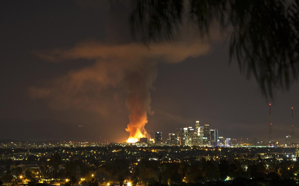 Massive fire in downtown Los Angeles http://t.co/VfUokWweOE http://t.co/sJ17tV7EVk
