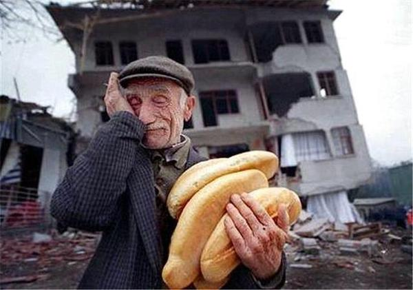 "ﻳﺴﺮﻗﻮﻥ ﺭﻏﻴﻔﻚَ ﺛﻢَّ ﻳﻌﻄﻮﻧﻚ ﻣﻨﻪ ﻛِﺴﺮﺓ ﺛﻢَّ ﻳﺄﻣﺮﻭﻧﻚ ﺃﻥ ﺗﺸﻜﺮﻫﻢ ﻋﻠﻰ ﻛﺮﻣﻬﻢ ﻳﺎﻟﻮﻗﺎﺣﺘﻬﻢ !  ""غسان كنفاني"" http://t.co/Q4kRa9WQa6"