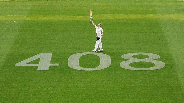 What an innings - and what an amazing picture to capture it. Hold your head high Mr Smith... #63notout #408 http://t.co/kd6Cm0mTqZ