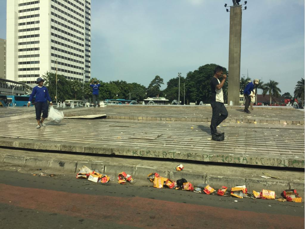 Buruh demo nuntut gaji tinggi, ninggalin sampah, yg peduli cuma buruh pembersih jalanan, dgn gaji yg lebih kecil :) http://t.co/6tffNmSlbb