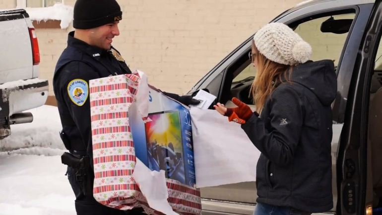 michigan police officers surprise motorists with christmas gifts iam_shem - Christmas Gifts For Police Officers