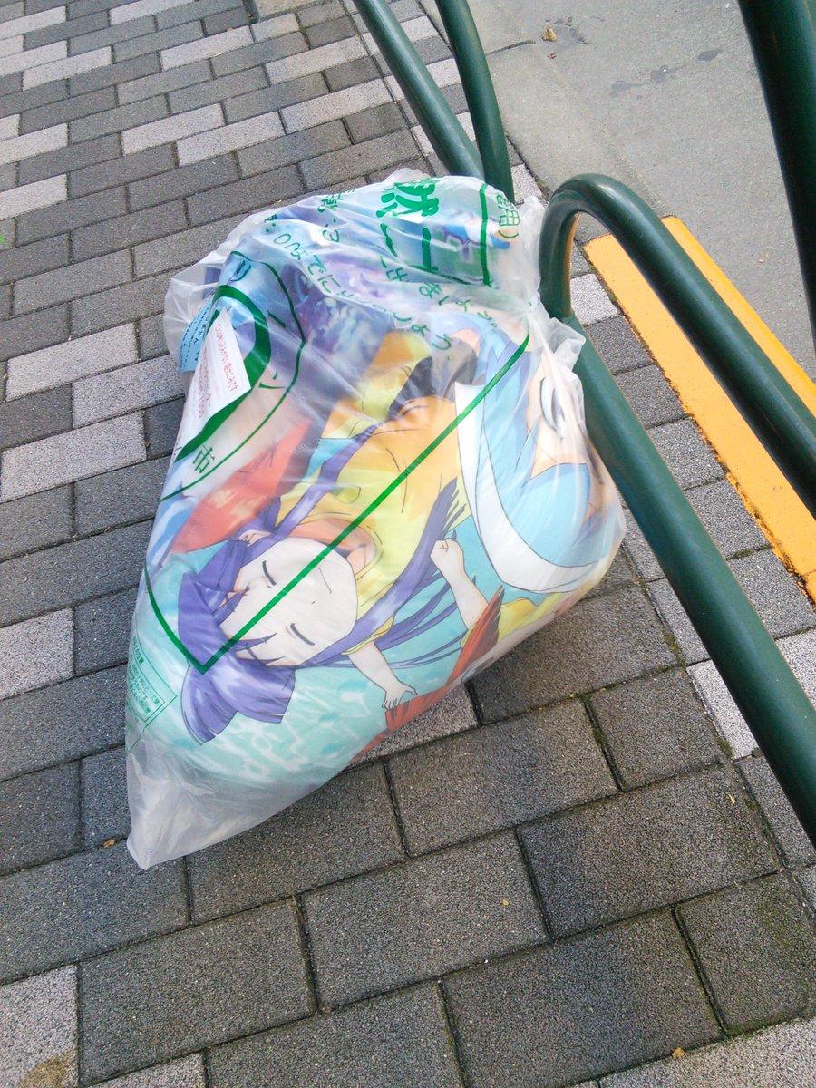 イカ娘の何かが棄てられていた。しかも回収されてなかった。 http://t.co/5ooAVktOn4