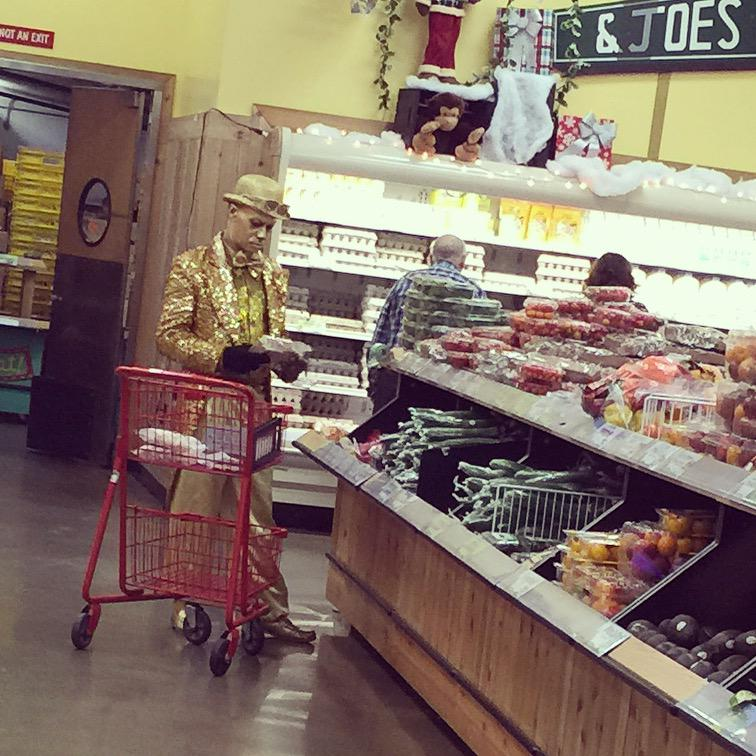 Only in Hollywood. #TypicalWednesday #TraderJoes http://t.co/IJ22FnXtim