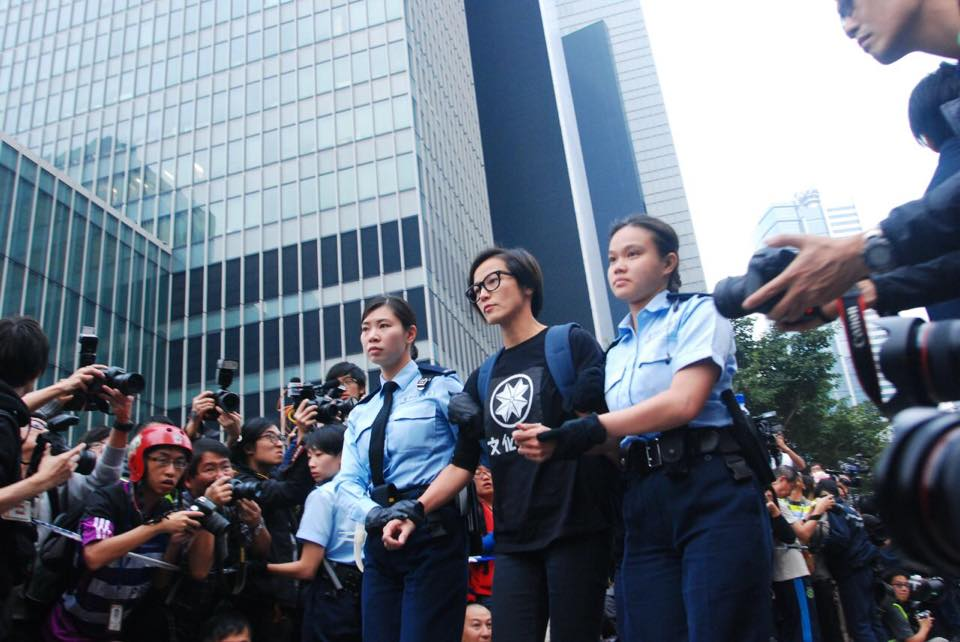 張鐵志:阿詩被捕了,雖然知道這一刻會來,還是忍不住掉淚。 這是歷史性的畫面,因為她應該是港台歷史上第一位明星因為政治理念的抗爭而被拘捕的。 http://t.co/fedqRlUA25