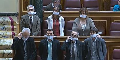 #EnDirecto Votación #LeyMordaza en Congreso #DerechosHumanos http://t.co/8cBJxHEXzd Diputados @iunida se amordazan http://t.co/Gi6aXx7u2Q