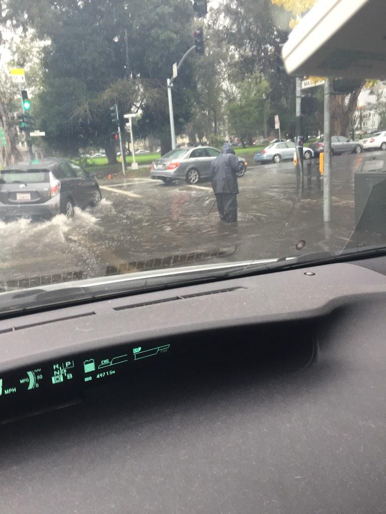 @SF311 Flooding at the corner of Masonic and Fell #sf #hellastorm http://t.co/UGzHC3WIKb