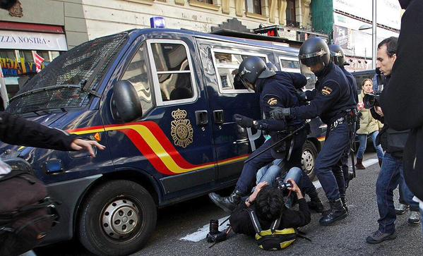 #Spain becomes the first country in the #EU that prohibits citizens from recording or taking pictures of the police http://t.co/9NKyNj58sW