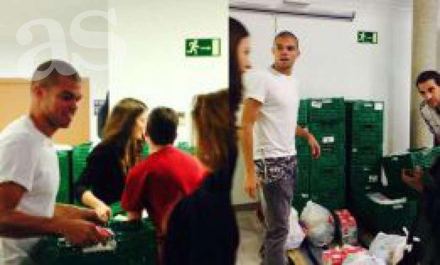 Pepe compra 9.000 kilos de comida y los da a 200 familias. Pepe también tiene corazón...  http://t.co/p5gBQBc2bP http://t.co/lx114Yk5hc