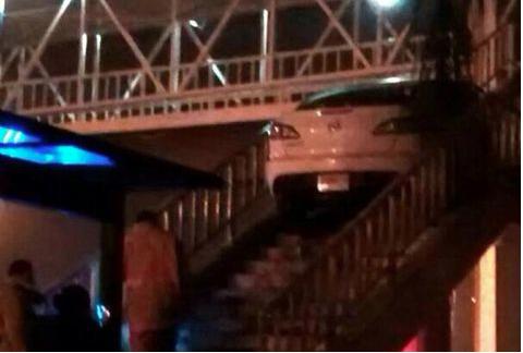 Acá la foto del parroquiano del #GuadalupeReyes q quiso cruzar un puente peatonal... ¡EN AUTO! #Pelmazo #BeatMorning http://t.co/R85caDpdwI