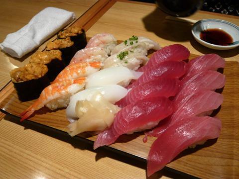 ไปโตเกียวอยากกินซูชิจุใจ แนะนำบุฟเฟต์ซูชิที่ร้านฮินาซูชิ 120นาที 4309เยน มีทั้งโทโร่อุนิและเครื่องซูชิกว่า60ชนิด http://t.co/qBzfLpijjP