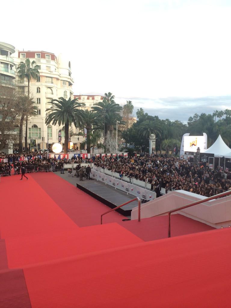 Il y a déjà du mooooonde en bas des marches du Palais pour les #NMA !! Rdv ce soir 20h50 sur TF1 ! http://t.co/NYlgqhEZzr