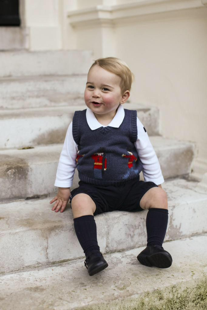 Duke and Duchess of Cambridge have released these Christmas photographs of Prince George taken at Kensington Palace http://t.co/RDeQ5T7MYq