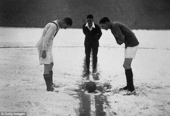 Brendan Coyle (@brendancoyle99): Man Utd v Arsenal 1926.When men were men,the ref wore a lounge suit and they couldn't find the coin #thebeautifulgame http://t.co/p9z3gWYVA1