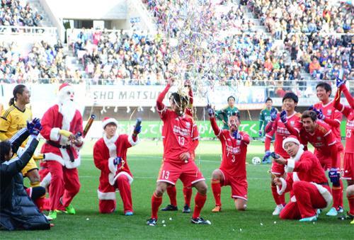 柳沢選手(仙台)がホーム・ユアスタでのGOOOOOOAL!!するとサンタクロースが登場しクラッカーをプレゼントして、このパフォーマンス! #jpfa #J_CS2014  #vegalta http://t.co/EFF2FsM8Ya