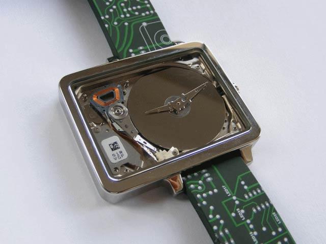 """ホントこれ好き(・-・)♡ """"@livedoornews: 【素敵…!】昔ながらのハードディスクドライブで作られた腕時計 http://t.co/NHTwW3XZEs デザインもそのままでスタイリッシュ! http://t.co/30CcpWP0kk"""""""