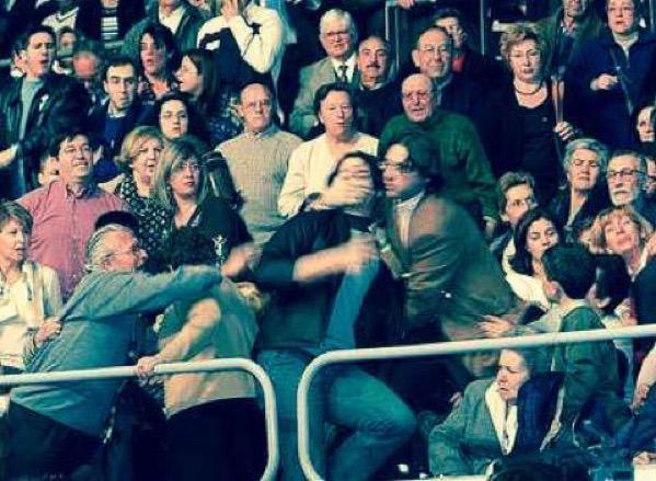 """2003.Mitin Aznar.Un estudiante que gritó """"No a la Guerra"""", amordazado 2014.El PP impone la Ley Mordaza Son los mismos http://t.co/oi0eqO6qvj"""