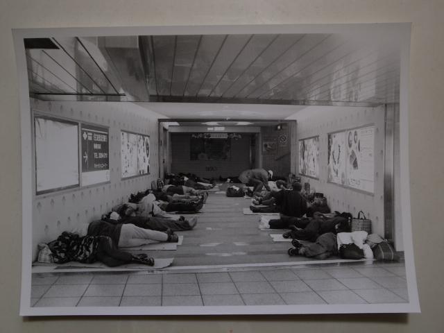 様々な事情で家をなくした人はどこで夜を過ごすのだろう。以前、終電から始発の間、新宿駅の地下でたくさんの人が寝ていた。街が目を覚ますと起き上がり、昼間はずっと歩き続けているという。少しでも座りこむと警備員に注意されるそうだ。 http://t.co/Rovh3llsBI