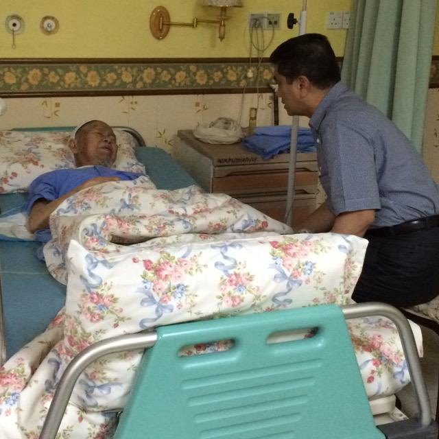 Menziarahi Tok Guru Dato' Nik Abdul Aziz di HUSM. Kita mendoakan kesihatan dan kesejahteraan untuk Tok Guru. http://t.co/H9YXRQTqh4