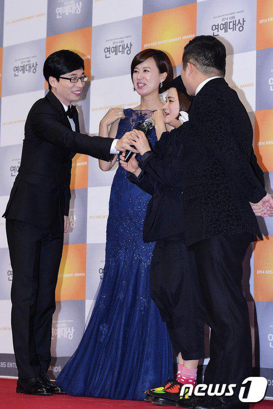 141227 KBS 연예대상 - KBS Entertainment Awards, YJS with Happy Together MC's. So sweet♡ Cr as tagged http://t.co/ejc1xLadSA