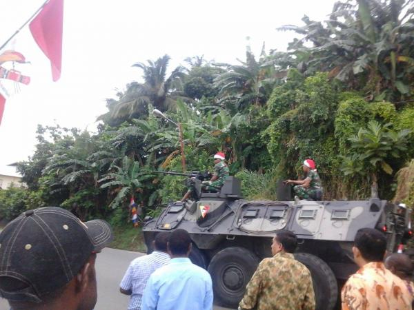 Jingle bullets: Christmas cheer, Indonesian army style, Sentani during Jokowi's Papua visit, 27/12 Photo:@SuaraPapua http://t.co/3BIJrviJfO