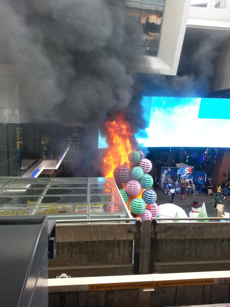 ไฟไหม้ ด้านหน้าสยามสแควร์ one http://t.co/cfWLNdj0oj