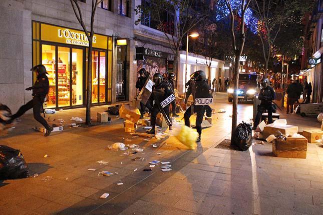 Cargas en Madrid y BCN en las protestas contra la #OperaciónPandora http://t.co/3LMcM3lfTE #YoTambienSoyAnarquista http://t.co/JqMiB6A9kl