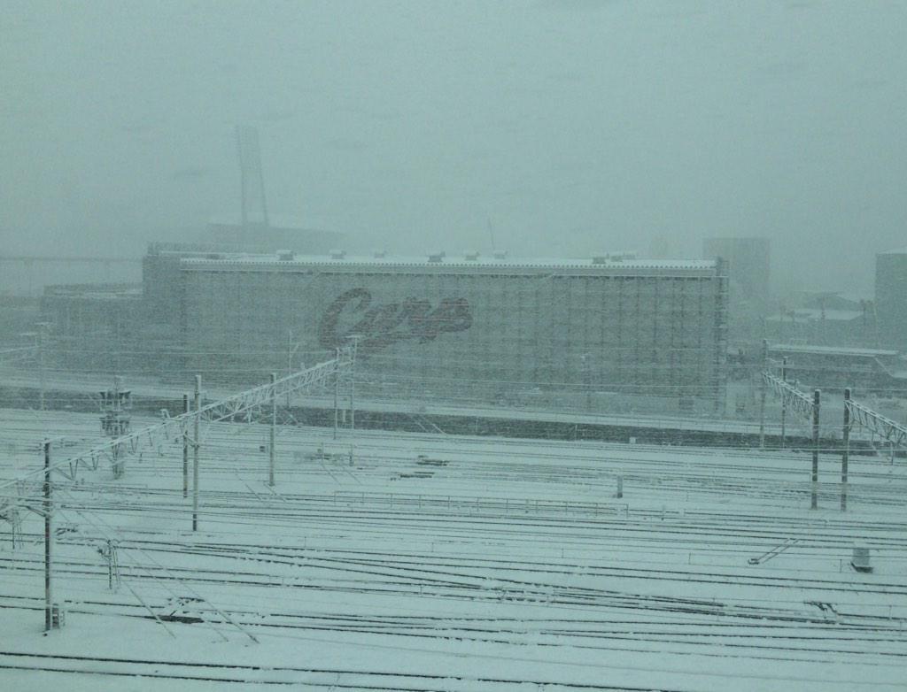 今日は広島。 雪で大乱れ中(T_T) 写真は建設中のカープ屋内練習場。 http://t.co/K5LiqVAKpm