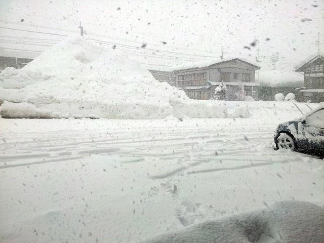 【大雪】十日町市内・津南町内の全小中学校で18日臨時休校。高校は平常通りの予定。 http://t.co/K1z6WZ5vxv #tokamachi #fm783 #oradoko http://t.co/5wwrktRCqz