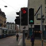 Neues Lichtsignal Sihlporte. Velos können neu geradeaus fahren, auch wenn Tram fährt. Vor 3 Monaten erst angefragt. http://t.co/UrewTVacrH