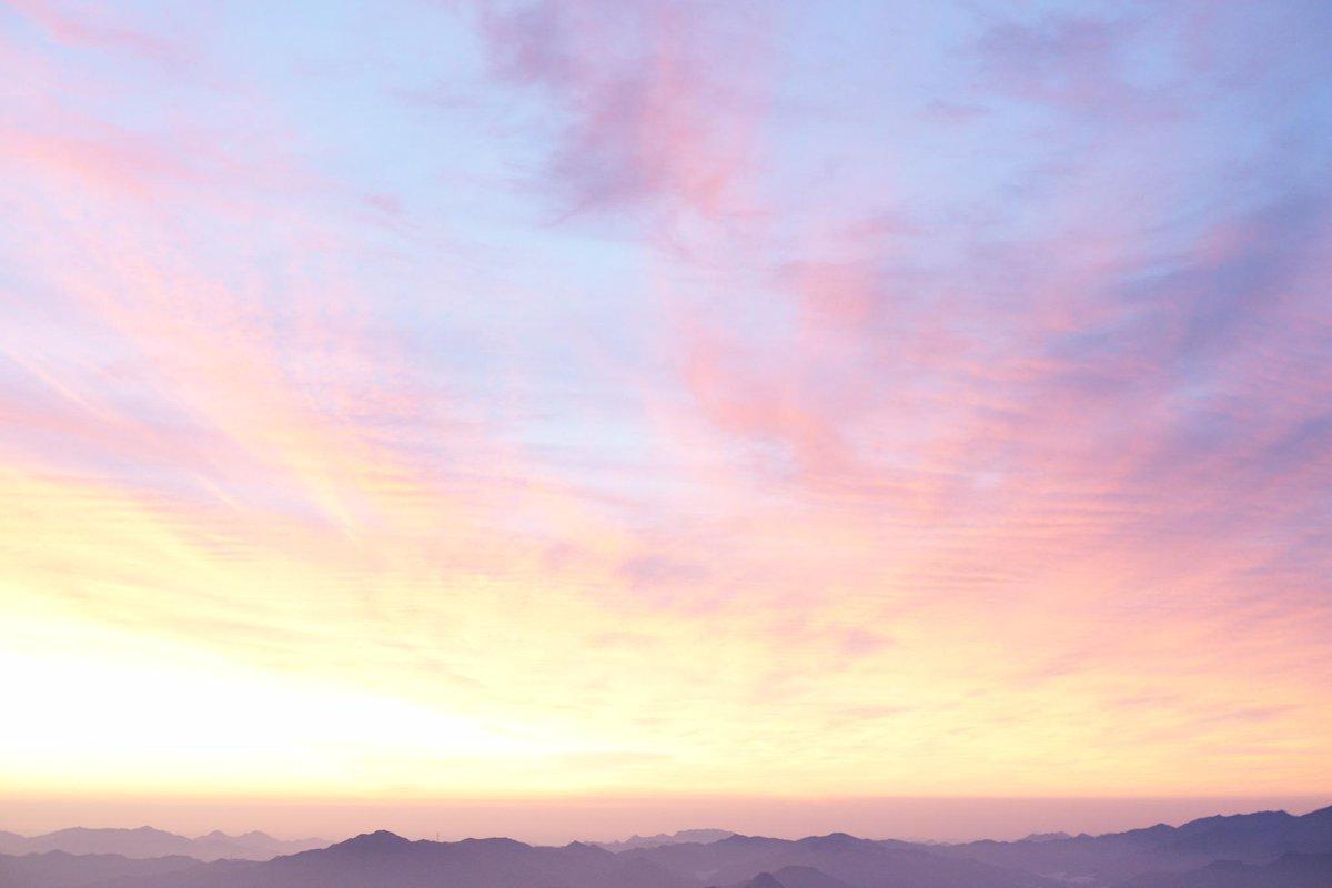 ヤマノススメ、今回出てきた山の上での朝日はアタリの日を引くと本当にきれいな空が拝めます、もし山小屋に泊まるようなことがあったら是非日が昇る前、外に出てみてください http://t.co/GH078O0Vy4