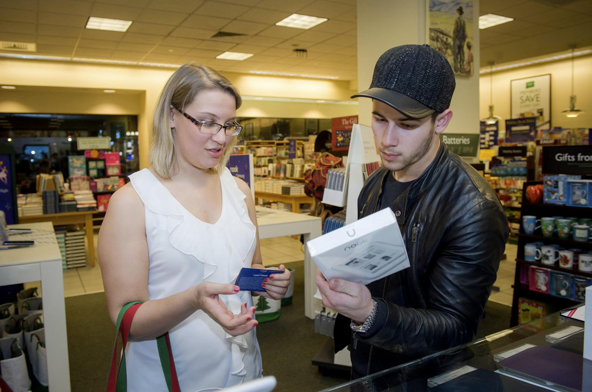 Our lucky Discovery Weekend sweepstakes winner hanging out with @NickJonas at @BNBuzz Fifth Ave! You #Jealous? http://t.co/JtYHlU3WCI