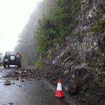 Mal día para circular por carreteras #Anaga. Continúan desprendimientos, ahora mismo, en TF-123, vía a Chamorga. http://t.co/NcmtPAlow4