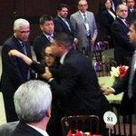 Miembros d EMP sacan a empujones a Erika Barrón, quien increpó #EPN #EPNPidePerdón #YaMeCanse7 http://t.co/bM5cWxFyV9 http://t.co/AoeLErauDn