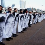 A orillas del río Támesis, en Londres, exigen justicia por la desaparición de los 43 normalista #YaMeCanse7 http://t.co/MSl2dpEWvl