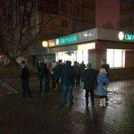 Очередь в банкомат в Туле вызванная слухами о блокировании карт. Фото от корреспондента @BingoRUS http://t.co/KlDRXJ6gAH