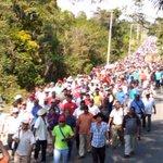 Clima tenso en #Ayutla. Policías comunitarias apoyan a Normalistas de #Ayotzinapa. Van hacia el cuartel militar. http://t.co/JbAWLdCCol