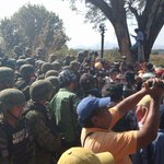 Ejército amaga con desalojar marcha de papás de #Ayotzinapa en la carretera Ayutla-Cruz Grande; piden quitar retenes http://t.co/FfuvorXPMg