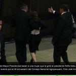 Expulsa EMP a Erika Barrón por increpar a @EPN y exigirle que pidiera disculpas: http://t.co/lpudvKdF1W http://t.co/P33k9lErPz #YaMeCanse8