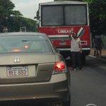 La Municipalidad de Asunción debería premiar a Baliza Man. Se rompe un ómnibus y él ya está disponible! Héroe! http://t.co/U2PblyvJq3