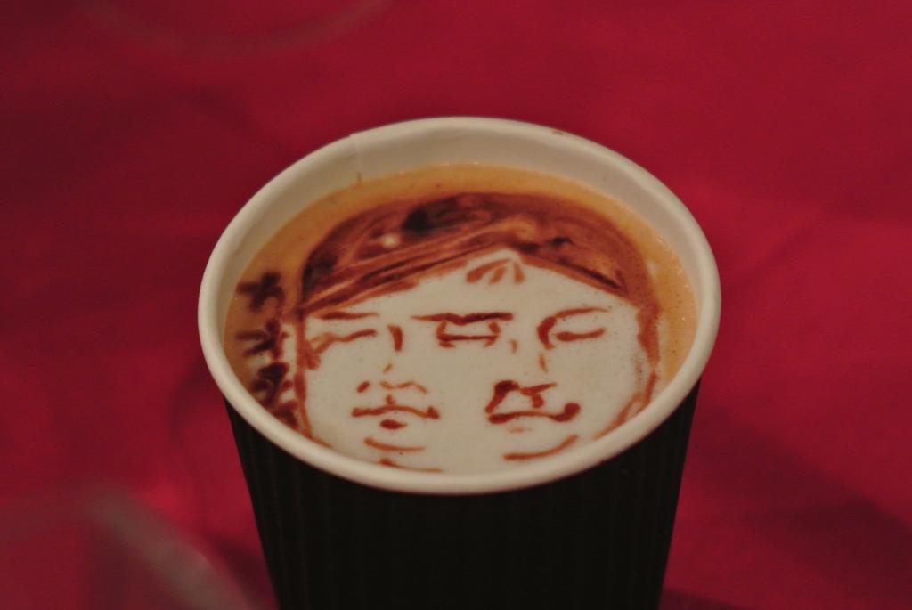 #カオチャ ならぬ、顔茶!? ラテアーティストMatsuno Koheiさんにつくっていただきましたよ。すげーーーよぉおおお!!「CHAOS;CHILD」 http://t.co/5Ut4X7MkGq ってことはコーヒー飲める場所に。 http://t.co/86kPrzzI9f
